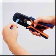 かしめ工具でコネクタを固定します